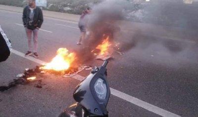 بالصورة: الثوار يقطعون أوتوستراد الزهراني