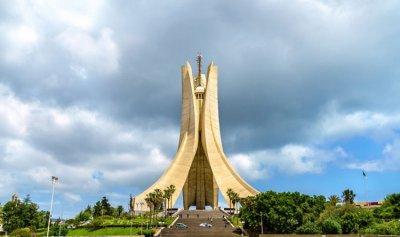 تفكيك شبكة للنصب والابتزاز في الجزائر