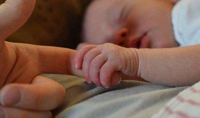 طفل حديث الولادة مرمي بالقرب من حاوية للنفايات