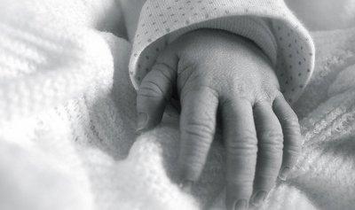 وفاة طفل بعد سقوطه من بين يدي والده