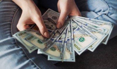 خاص: الدولار يتخطى الـ8000