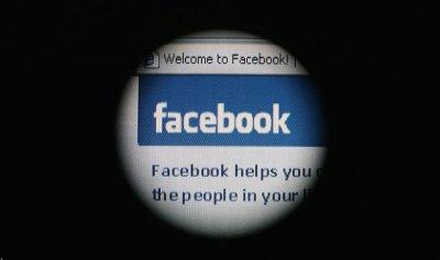"""""""فيسبوك"""" تعلق عشرات الآلاف من التطبيقات"""
