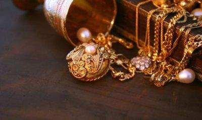 بالفيديو: فنان عربي يصدم الجميع بقيمة مجوهراته!