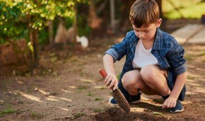 كيف يُؤثّر لعب الأطفال بالتراب على المناعة؟