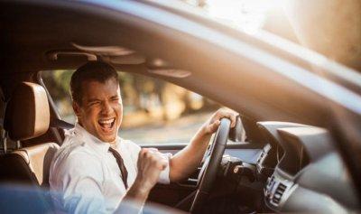 تحذير من الموسيقى الصاخبة أثناء القيادة