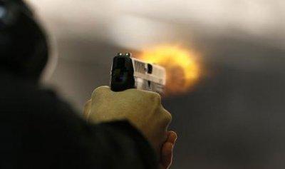 أطلق النار على زميله وأصابه في قدمه