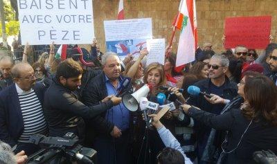 نداء من الثوار لماكرون أمام السفارة الفرنسية في بيروت