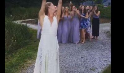 بالفيديو: التقطت باقة الزهور… ففرّ العريس