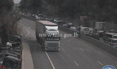 بالصورة: تصادم بين 4 مركبات على أوتوستراد الجمهور