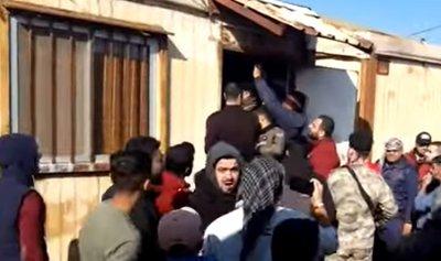 بالفيديو: الثوار يقفلون مركز الجمارك في العريضة