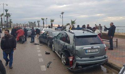 بالصورة: سيارة اجتاحت 3 سيارات عند الكورنيش البحري في صيدا
