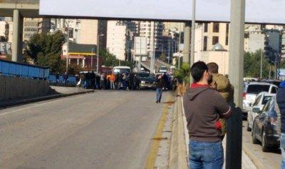 بالصورة: قطع طريق جسر الكولا