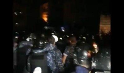 بالفيديو: القوى الأمنية تطلب من السلميين التراجع