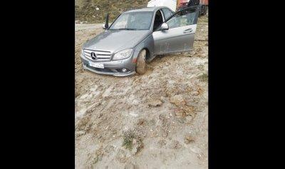 بالصورة: الأتربة تسيطر على سيارة في صوفر