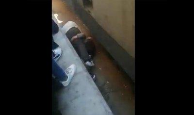 بالفيديو: والد يلقي بنفسه على ابنته تحت القطار لينقذها