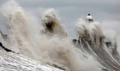 """البريطانيون مهددون بالموت بسبب العاصفة """"دينيس"""""""