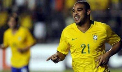 نجم البرازيل يكذب مقتله بصورة