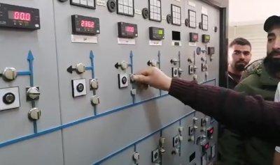 ثوار حلبا يضيئون محول الكهرباء محذرين من قطعه