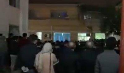 بالفيديو: مواجهات بين الشرطة الإيرانية ومحتجين بسبب كورونا