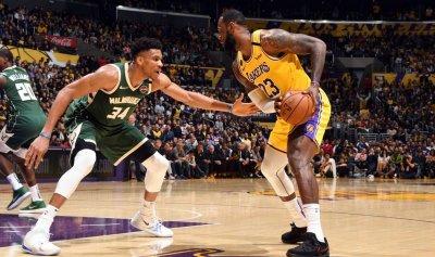 """جيمس وأنتيتوكونمبو ضمن أفضل لاعبي الـ""""NBA"""""""