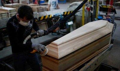 """ازدهار صناعة النعوش في فرنسا جراء """"كورونا"""""""