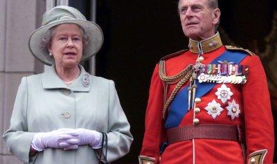 الملكة إليزابيث تفك الحداد بعد 4 أيام على وفاة زوجها
