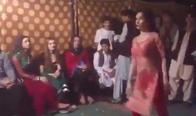 بالفيديو: راقصة تتعرض لركلة مؤلمة خلال زفاف