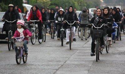 لركوب الدراجة… شرط اساسي للاناث في ايران