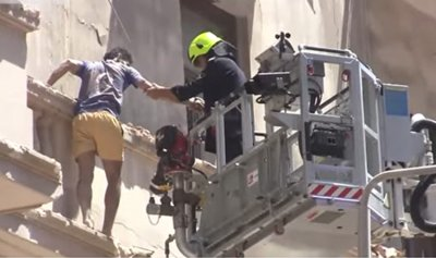 بالفيديو: انهيار مبنى وسط القاهرة