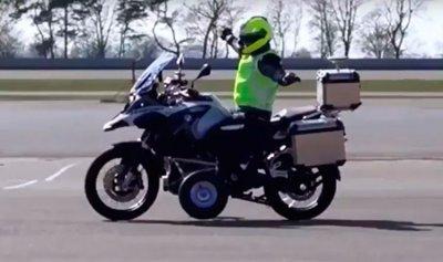 بالفيديو: سيارة ترمي سائقة دراجة في بالوعة