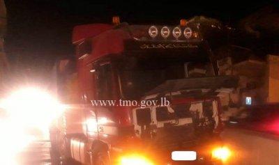 بالصورة: اصطدام شاحنة على طريق الكحالة