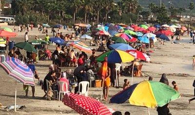 بالصورة: شواطئ صور اكتظت بالمستجمين