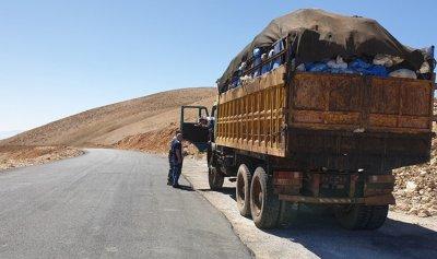 بالصور: توقيف شحنة محملة بالنفايات على طريق عيناتا ـ الأرز