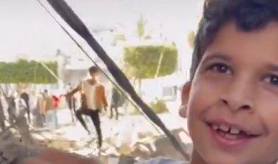 بالفيديو: طفلان يهللان لإنقاذ سمكتهما من القصف الاسرائيلي