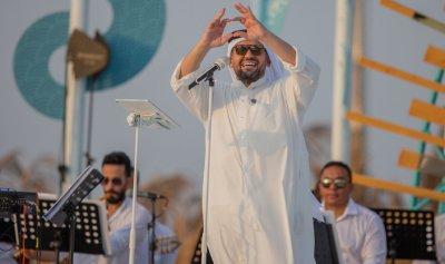 حسين الجسمي يحتفل على شاطىء الرأس الأبيض