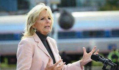 بالفيديو: زوجة بايدن تفاجئ حرس الكابيتول بسلال من البسكويت