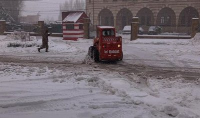 بالصور: الثلوج تغمر طريق عام اهدن
