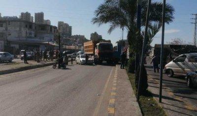 قطع أوتوستراد البداوي بالاتجاهين إحتجاجاً على قرار تمديد الاقفال