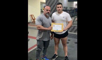 غدي القصيفي بطل لبنان للناشئين في القوة البدنية