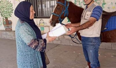 بعد غلاء البنزين… أستاذ يصل إلى الثانوية على الحصان