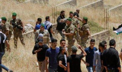 عسكري لبناني يدوس العلم الفلسطيني؟