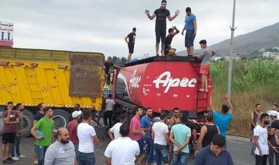 بالفيديو: توقيف صهريج بنزين وتعبئة غالونات وتوزيعها على طريق المحمرة