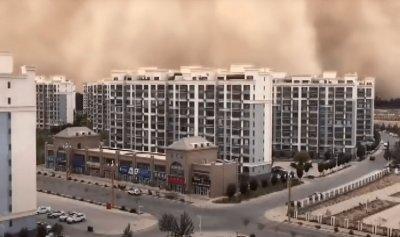 بالفيديو: جدار رملي عملاق يبتلع مدينة في الصين