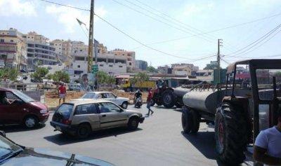 أصحاب صهاريج المياه يقطعون مستديرة حاروف احتجاجاً على نفاد المازوت