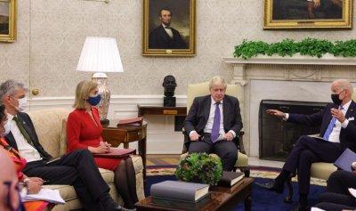 بالصور ـ جونسون بلا كمامة في البيت الأبيض