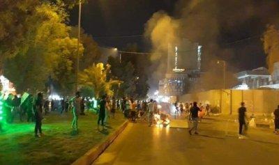 محتجون يحرقون الإطارات أمام القنصلية الإيرانية في كربلاء