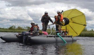 جهاز هوائيّ لتنقية الأنهار من آثار البقع النفطية
