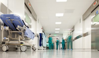 موظفة المستشفى تعتدي على الطبيبة لتسرقها 