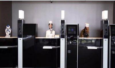 بالفيديو: فندق يفصل موظفيه الروبوتات