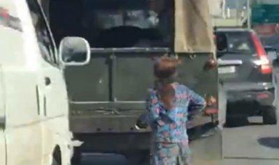 بالفيديو: إنسانية جندي وقساوة الحياة